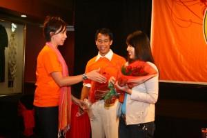 Ms. Candy Tolosa memberikan buket bunga kepada Filia Hasyim, Mahasiswa LSPR Batch 7, sebagai penghargaan karena mengangkat ttg Autism pada thesisnya